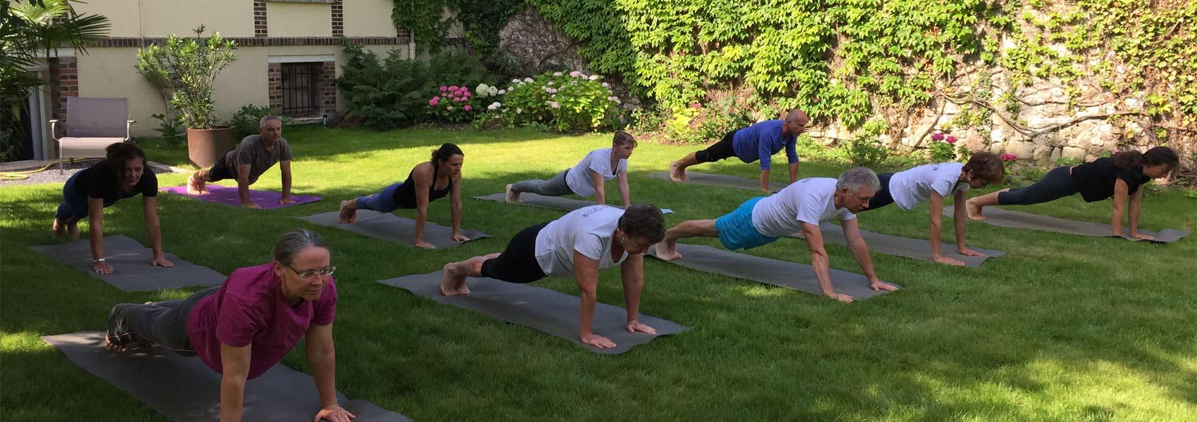 cours de yoga en exterieur à sens